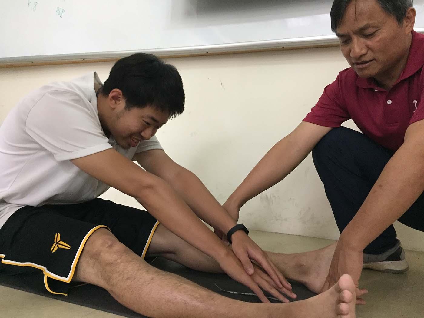體適能課程 坐姿體前彎